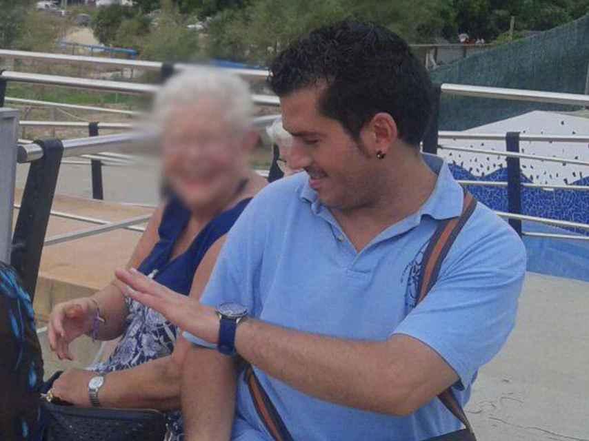 El presunto violador en una foto publicada en el Facebook de la residencia