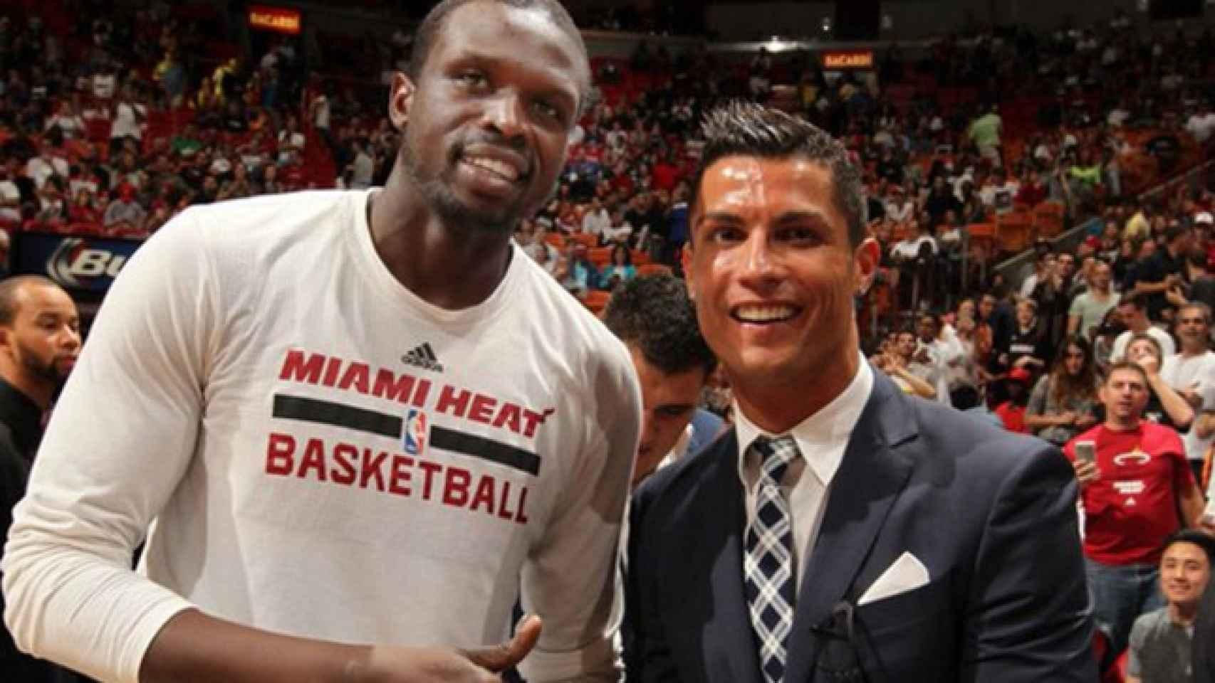 Cristiano posa junto a Deng, de los Miami Heat