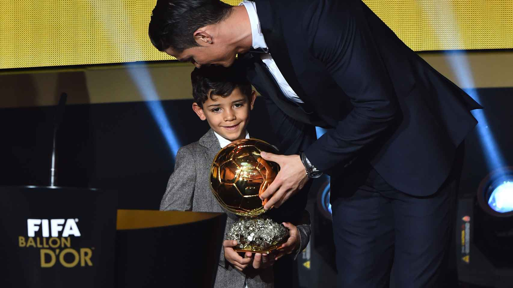 Cristiano y Cristiano Jr emocionados recogiendo el Balón de Oro el pasado mes de enero en Zurich