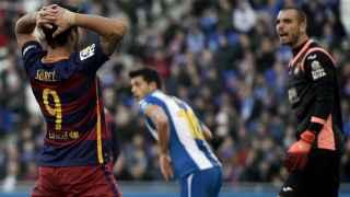 Luis Suárez se lamenta tras una ocasión fallada.