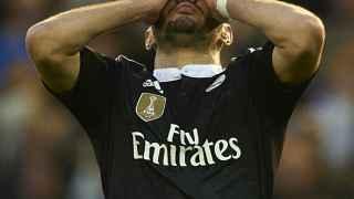 Benzema se lamenta durante el partido contra el Valencia en Mestalla en enero de 2015.