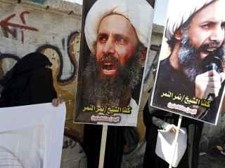 Seguidores del clérigo ejecutado portan pancartas con su imagen.