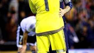 Sergio Ramos abraza a Keylor Navas al final del partido contra el Valencia.
