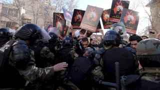 La policía iraní contiene a los manifestantes ante la embajada saudí en Teheran.