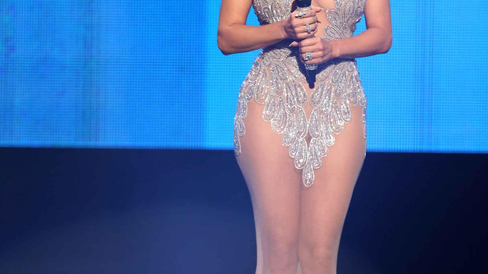 Jennifer López con modelo largo transparente en los Premios de la Música