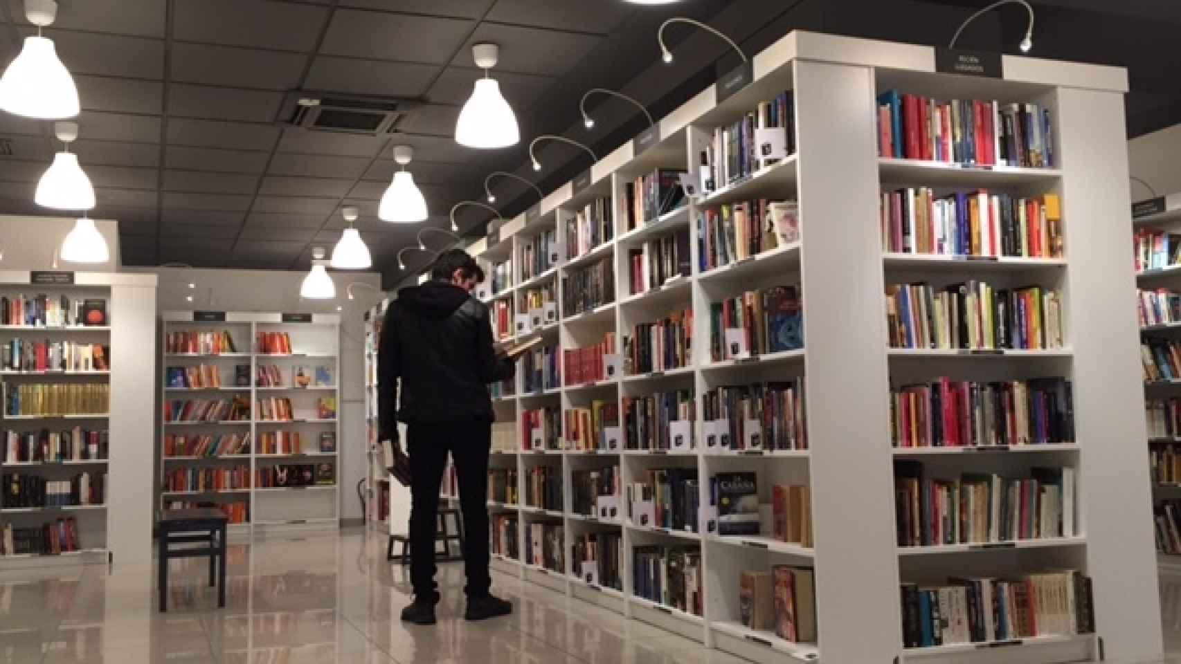 El interior de Re-Read, una librería low cost de Madrid.