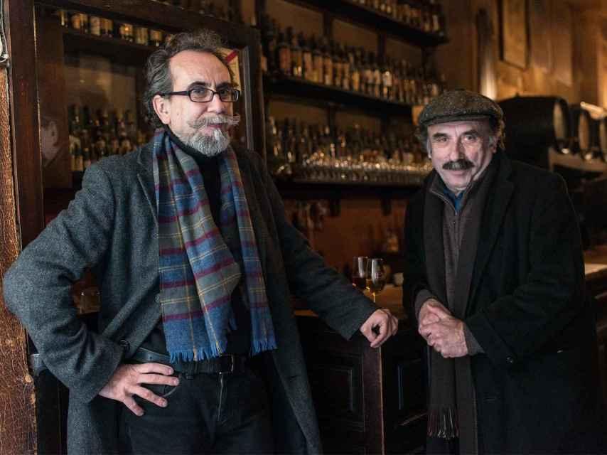 Eusebio Calonge y Paco de La Zaranda, en un bar del centro de Madrid