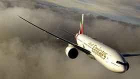 Un avión de Emirates en un vuelo.