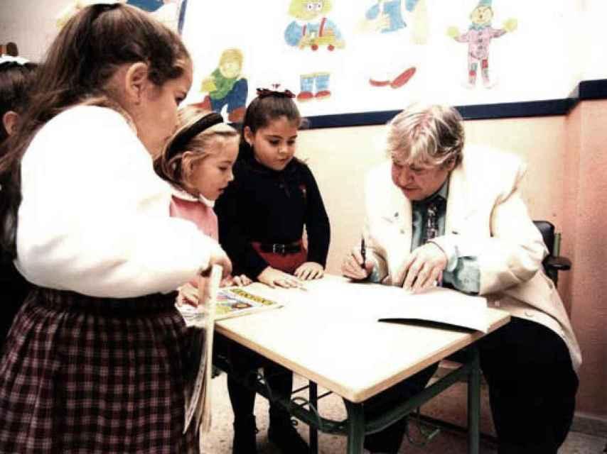 Gloria Fuertes, firmando libros para niños.
