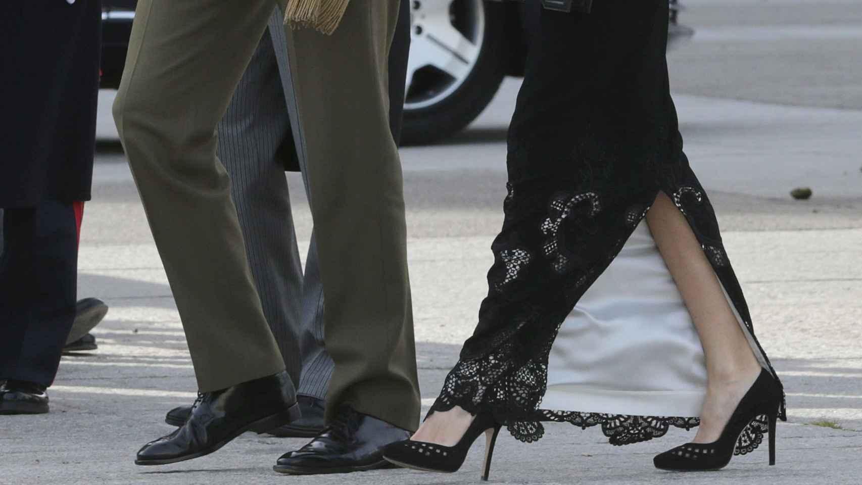 La Reina con falda larga en seda negra y bordado en hilo negro con sus tacones