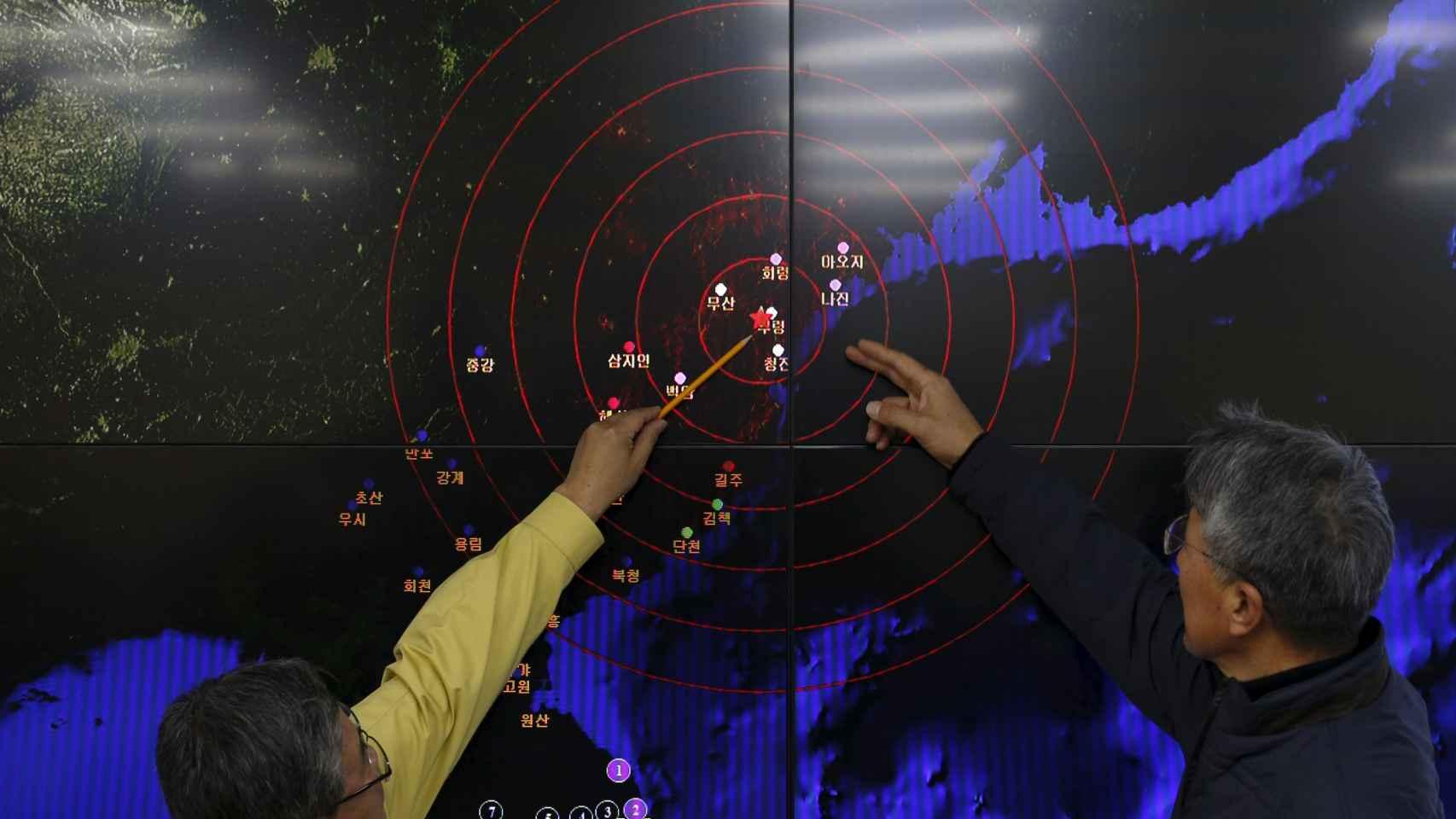 Ko Yun-hwa, del servicio meteorológico surcoreano, señala el punto del temblor.
