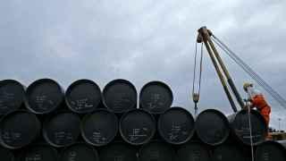 Barriles de petróleo apilados en Malasia