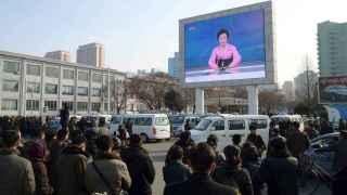 Ciudadanos norcoreanos escuchan en las calles de Pyongyang el anuncio del ensayo.