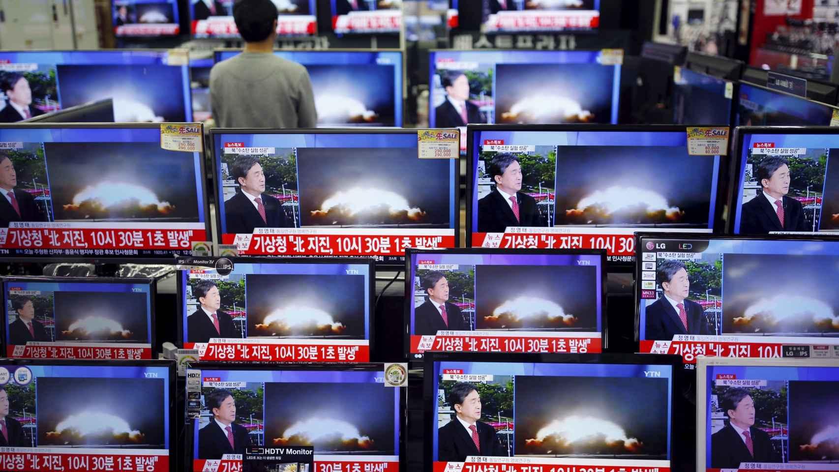 Una tienda de electrónica de Seúl muestra la cobertura del desafío nuclear de Corea del Norte