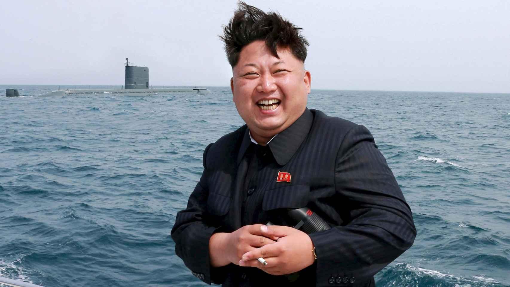 El líder norcoreano posa, cigarrillo en mano, ante uno de los submarinos de su Ejército.