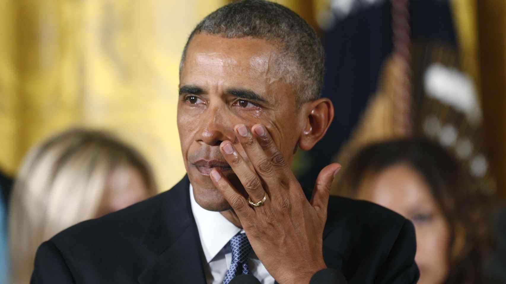 Obama se emociona durante un acto con familiares de víctimas.