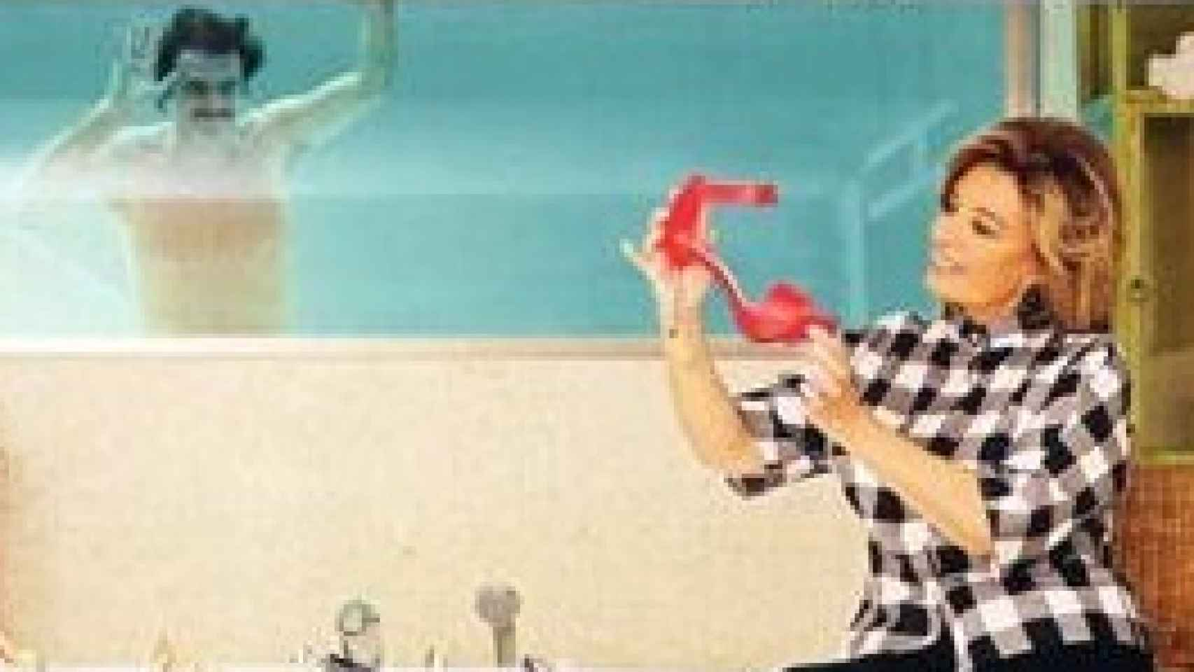 Maria Teresa Campos muestra sus zapatos con Edmundo en la piscina cubierta
