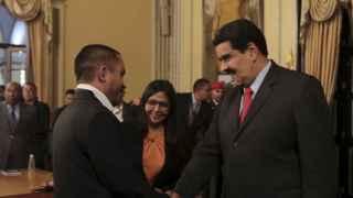 Nicolás Maduro saluda a su nuevo ministro de Economía.
