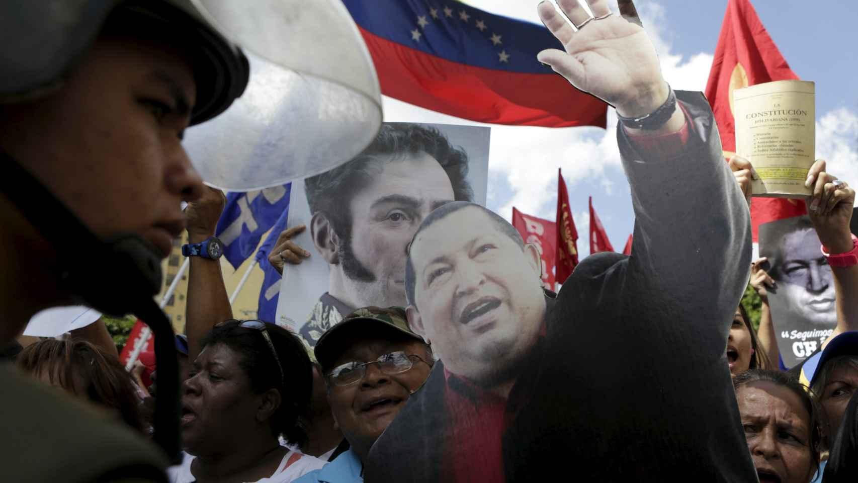 Partidarios de Nicolás Maduro se manifiestan a las puertas de la Corte Suprema