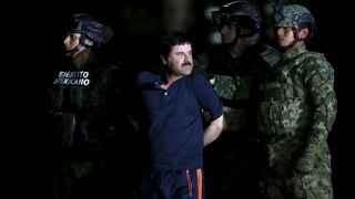 El Chapo Guzmán, custodiado por miembros del Ejército mexicano.