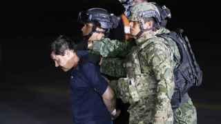 Militares conducen a Guzmán al helicóptero.
