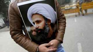 Un musulmán chií sujeta una imagen del clérigo Nimr al-Nimr /Reuters