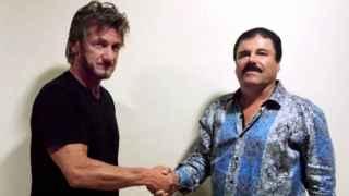 El actor estadounidense Sean Penn saluda al narco mexicano.