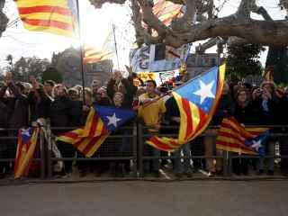 Manifestantes con esteladas a las puertas del Parlament.