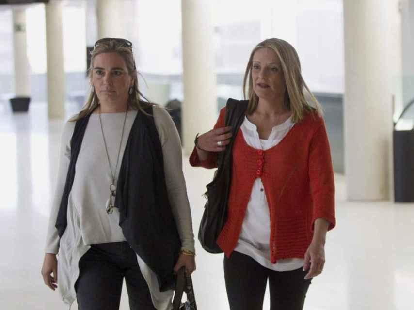 Julita Cuquerella (derecha) acompañada de una amiga (mayo de 2012)