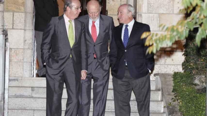 Rafael Spottorno, Alberto Aza y Fernando Almansa tras una reunión con don Juan Carlos.