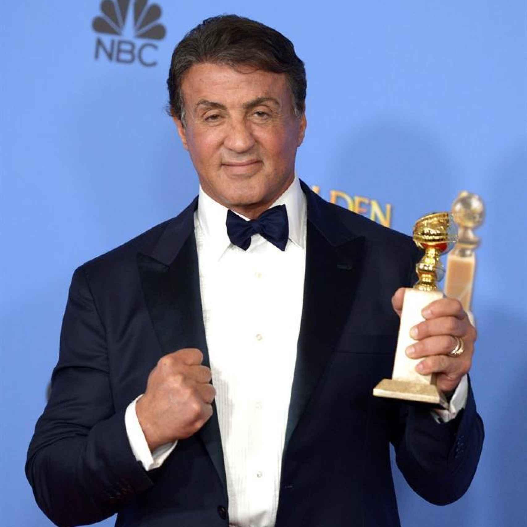 Sylvester Stallone con su premio, el renacido es él.