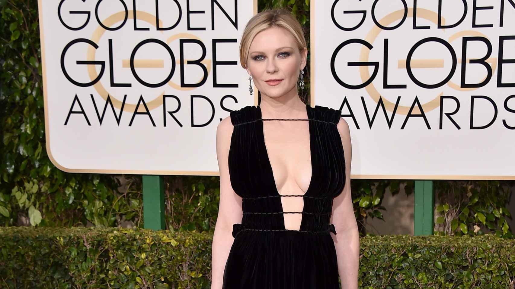 Kirsten Dunst de Valentino a su llegada a los Globos de Oro
