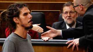 El diputado de Podemos Alberto Rodríguez pasa frente a Rajoy.