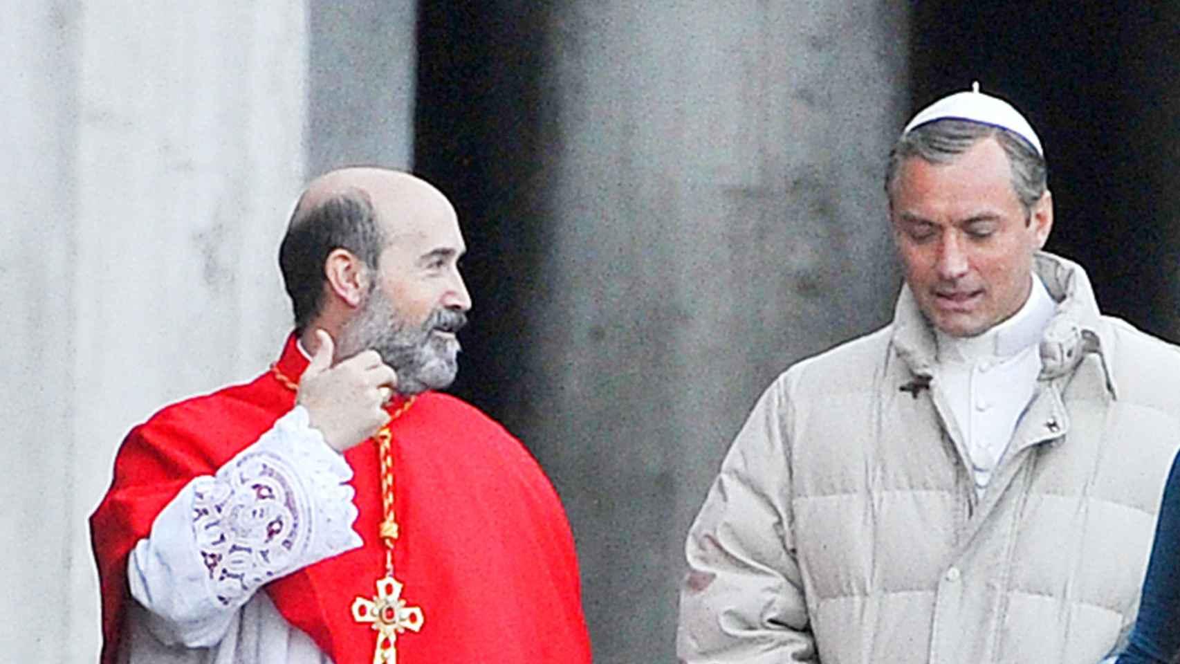 Javier Cámara y Jude Law en el rodaje de la serie The Young Pope
