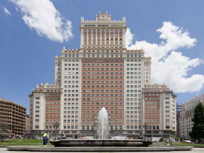 El Edificio España preside la plaza sobre la que se plantea la reforma.