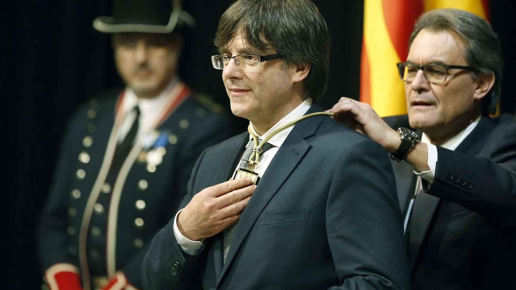 Artur Mas impone la medalla representativa de presidente a Carles Puigdemont.