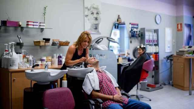 Xulio Ferreiro, en la peluquería cortándose el pelo.