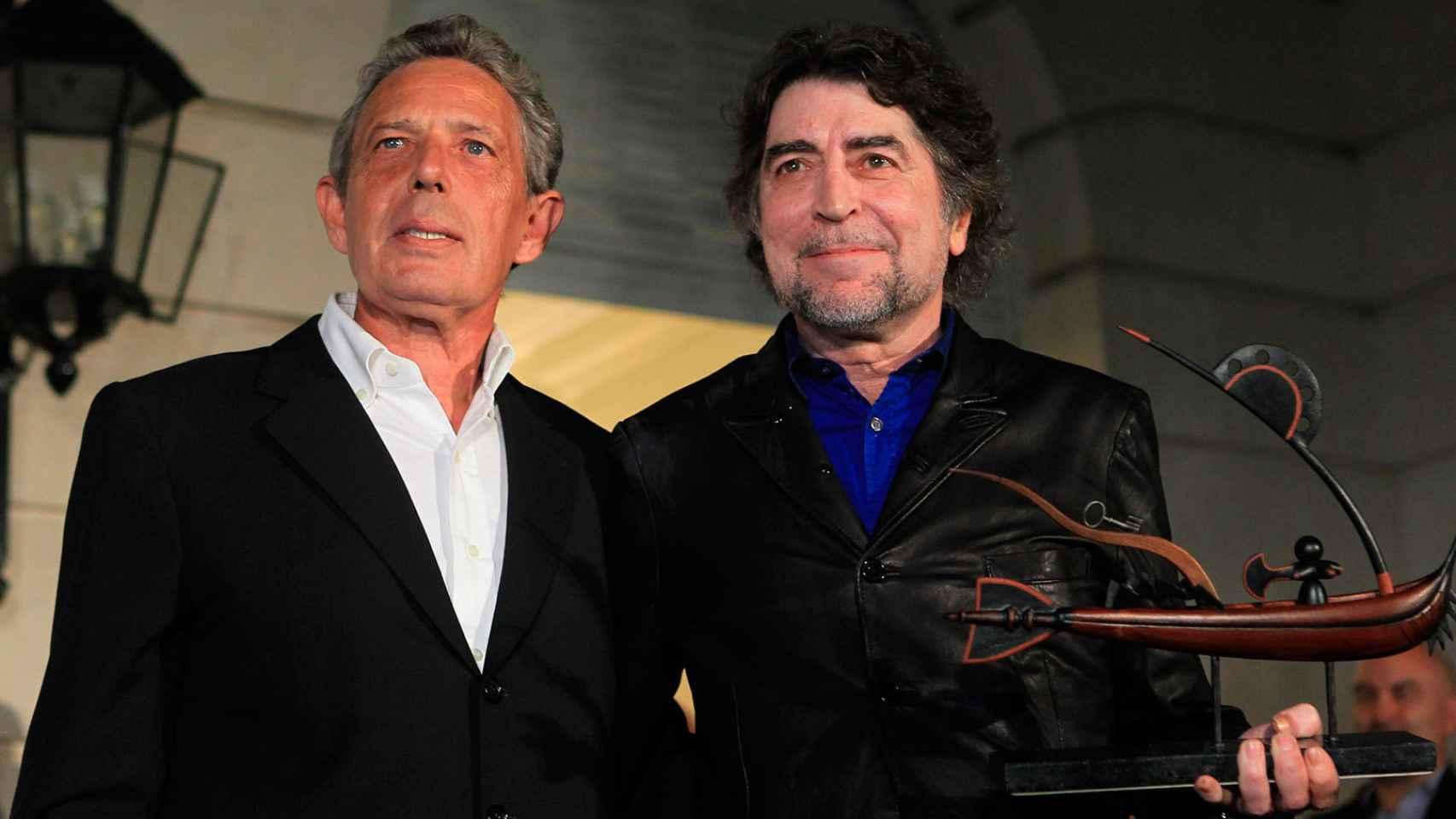 Rafael Estrella en su época de embajador en Argentina entregando un premio a Joaquín Sabina.