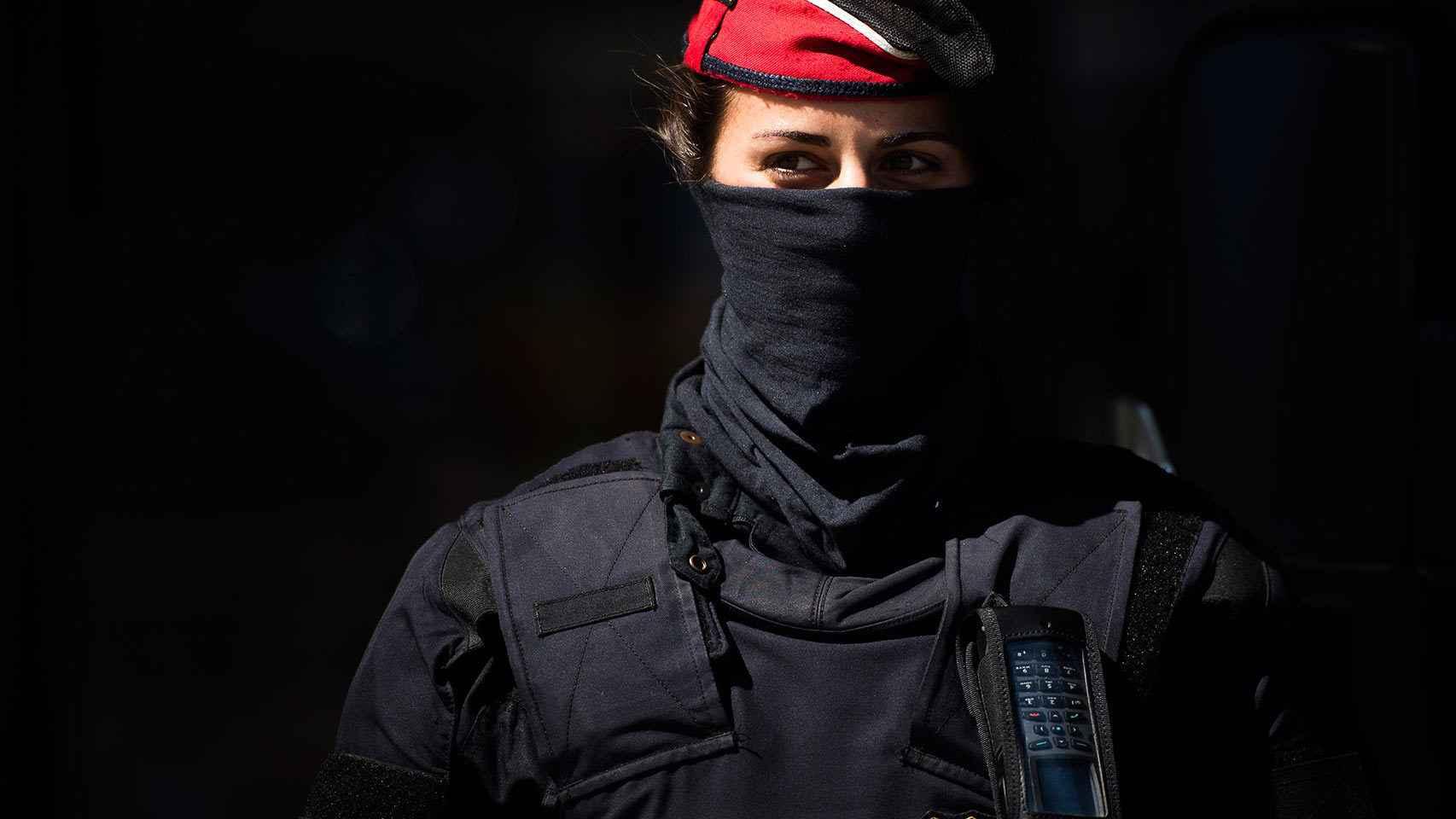 Una agente de los Mossos d'Escuadra, la policía autonómica catalana.