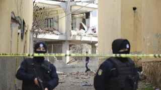 Las fuerzas de seguridad acordonan la zona de un atentado del PKK contra una comisaría.