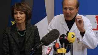 La ministra de Salud francesa, Marisol Touraine y el neurólogo que atiende a los afectados, Gilles Hedan, en una rueda de prensa.