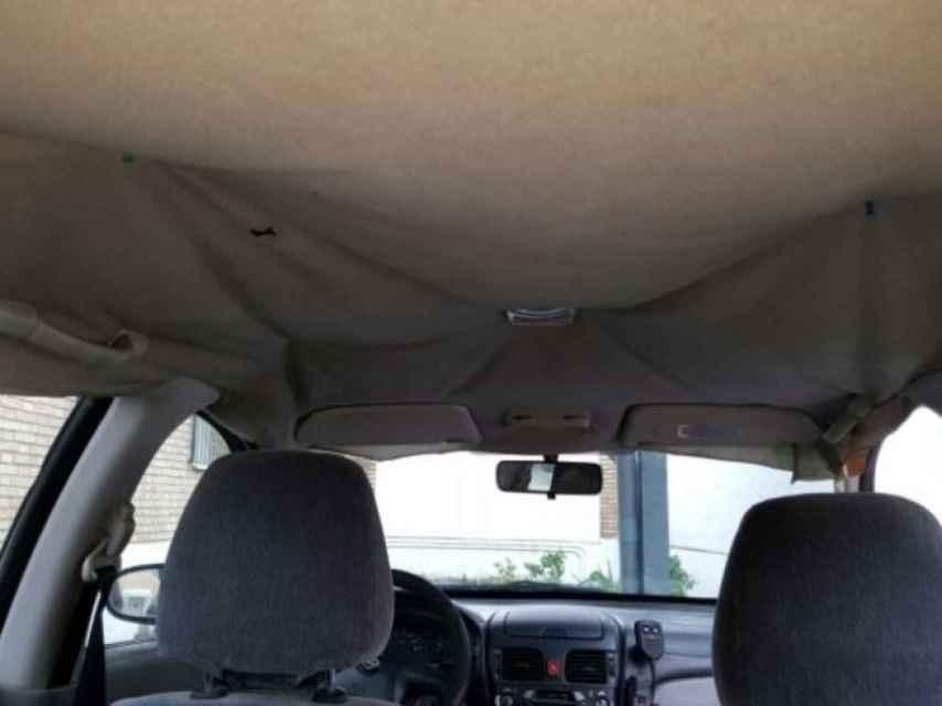 Interior de un coche de la Guardia Civil sujeto con chinchetas.