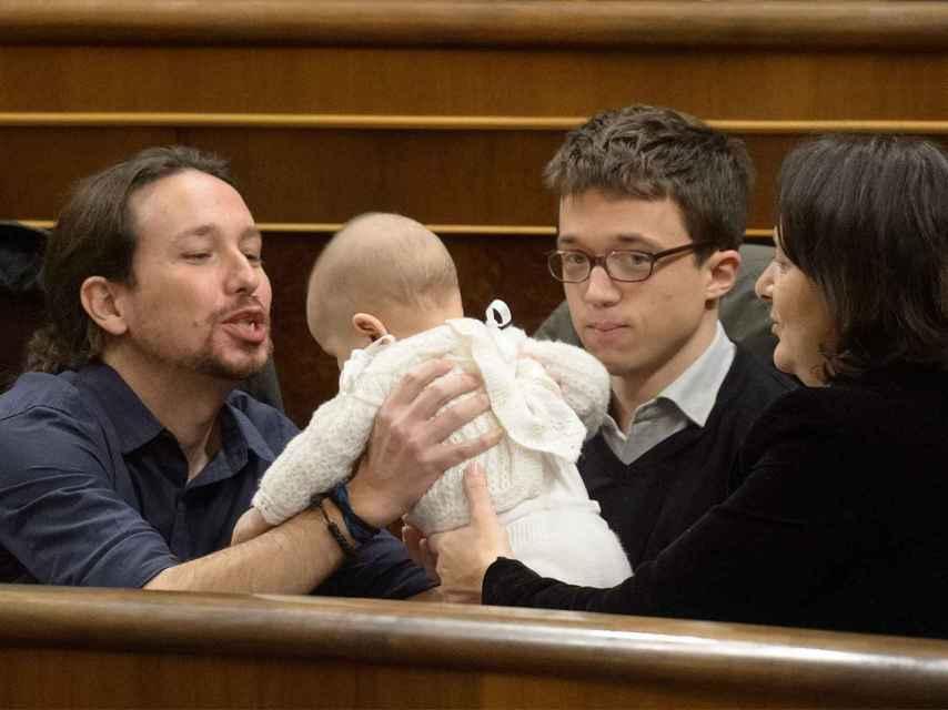 Pablo Iglesias toma en sus manos a la bebé de Bescansa.