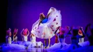 Bailarina principal de El Cascanueces con vestido de Agatha Ruiz de la Prada.