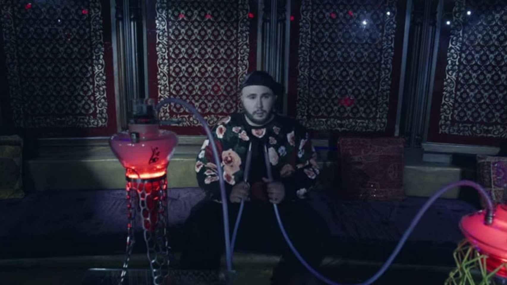 Kiko Rivera con sudadera y cachimba para su videoclip Sangre Caliente