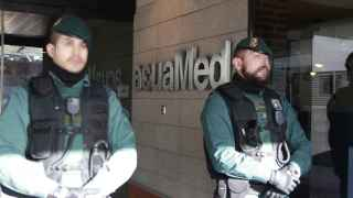 Agentes de la Guardia Civil custodian la sede de Acuamed.