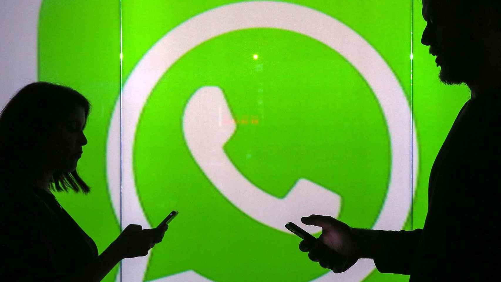 Dos personas intercambian mensajes por Whatsapp.