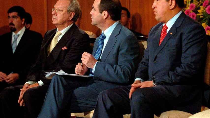 El expresidente de Venezuela, Hugo Chavez junto a José Bono al entonces embajador de España en Venezuela, Raúl Morodo.