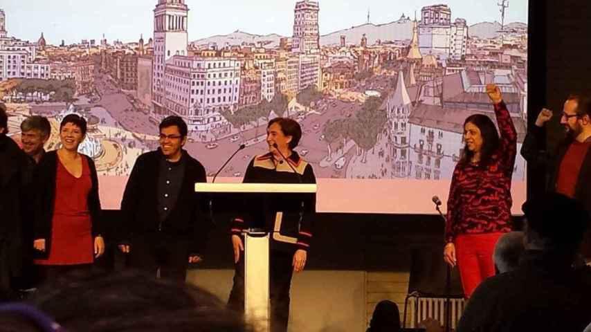Huma Jamshed (a la derecha de la imagen, con el puño en alto) junto a Ada Colau y su 'número 2', Gerardo Pisarello