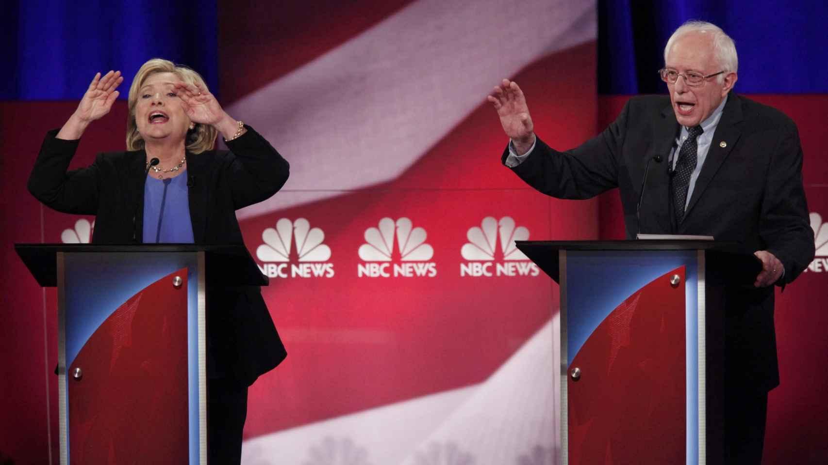 Hillary Clinton y Bernie Sanders en el último debate demócrata.